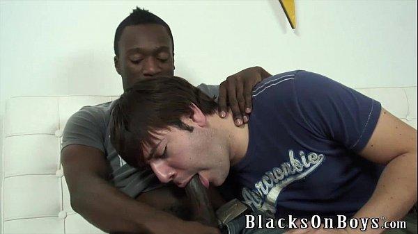 Negão sentando gostoso na pica do macho