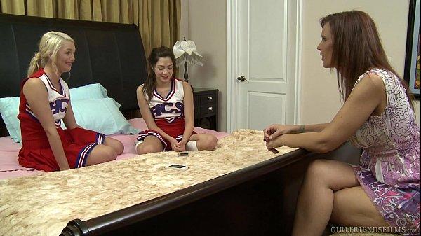Mãe incentiva filha novinha e sua amiga ao sexo lésbico