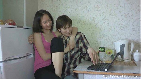 Corno chama amigo da internet para comer sua namorada em casa