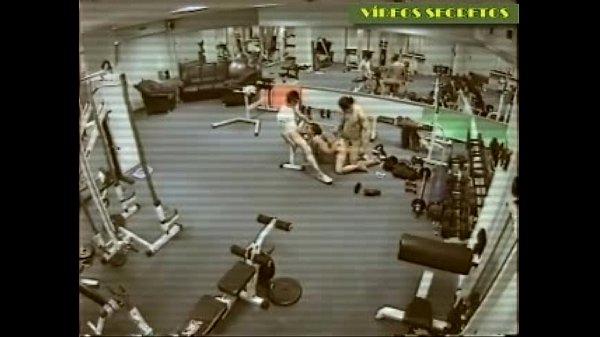 Três sarados fazendo sexo na academia