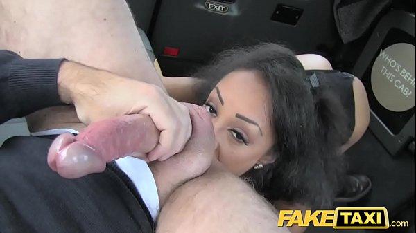Foi buscar a vadia no táxio  e fodeu ela lá mesmo