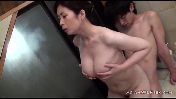 性欲を持て余した淫乱熟女がお風呂で素股プレイ