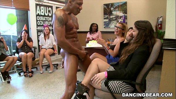 Festa fechada e a novinha safada acaba mamando gostoso o cacete do negão na frente das amigas