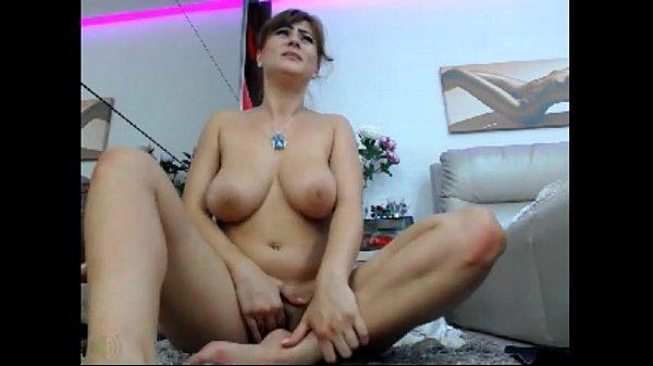 Morena da bucetona e peitões na masturbação caseira