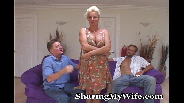 Casais liberais esposa bate boquete para o patrão seu marido