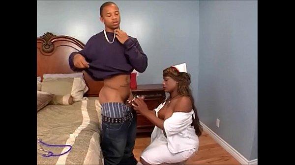 Enfermeira negra gostosa visitando o paciente