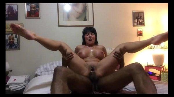 Morena liga a webcam para gravar seu orgasmo alucinante