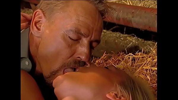 Comendo a filha no seleiro o velho fode gostoso com a boceta da safada