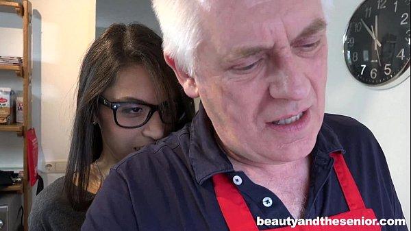 Ninfetinha gostosinha desesperada por sexo levando gozada na bucetinha .