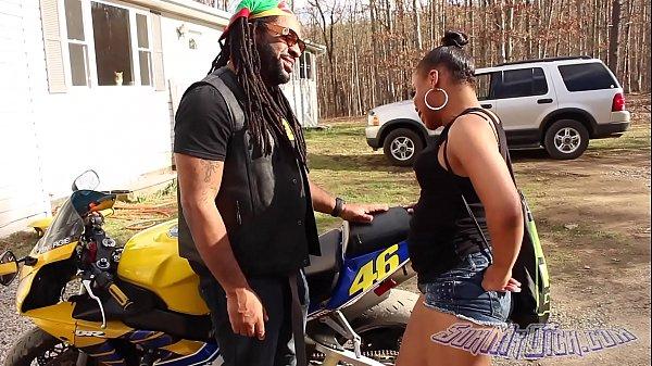Neguinha rabuda chupando sortudo na moto