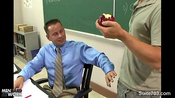 Professor viado pagando um boquete e tomando vara no cu