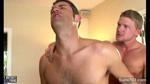 Malandro no jogo do sexo gozando com seu pau grande