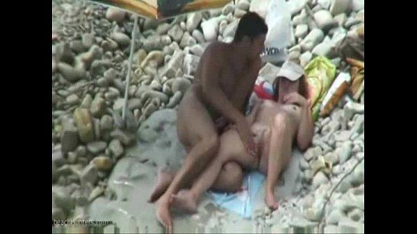 Casal de safados se divertindo na praia