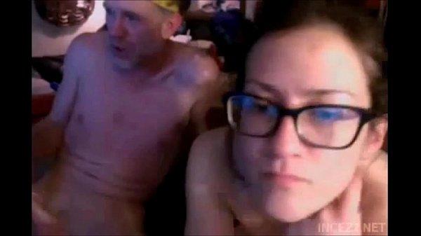 Coroa comendo uma novinha de óculos em sexo amador