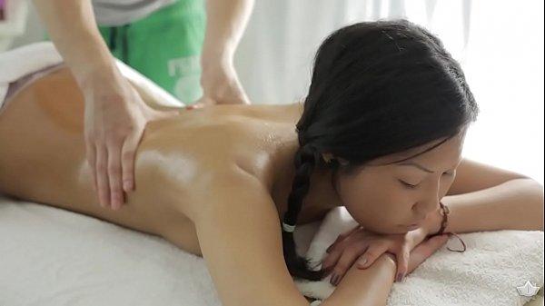 Japonesa delicia vai receber massagem na buceta