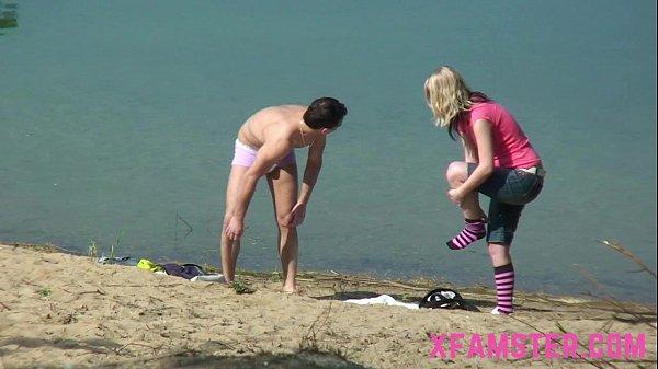 Levou a namorada para comer na praia e mandou filmar toda a loucura.