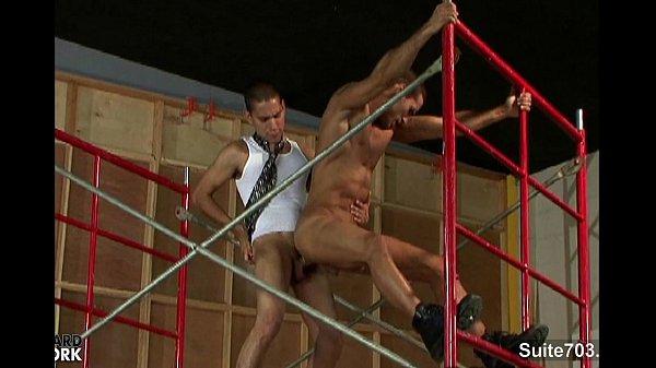 Homossexuais musculosos no andaime transando gostoso