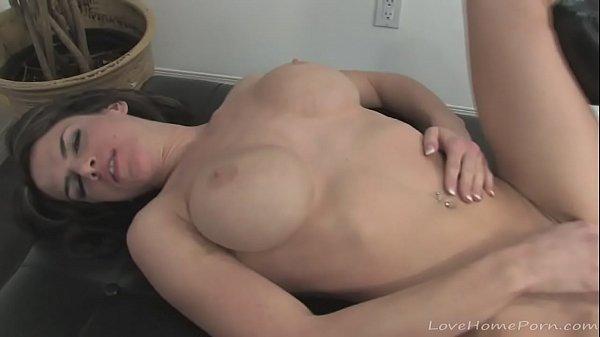 Peituda delicia com tesão na boceta se masturbando toda gostosa