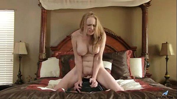 Mãe coroa manda video pro filho pelada gozando na cama