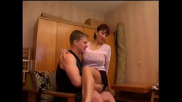 Mãe fazendo suruba com amigos do filho