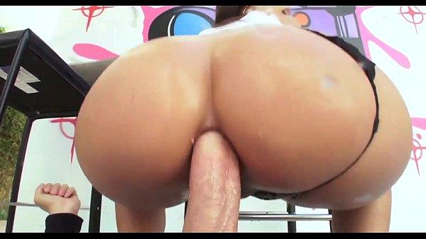 Morena gostosa no anal sentando na pica