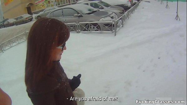 Saiu com a namorada no frio pra ajudar a gostosa escolher uma roupa e fodeu com ela