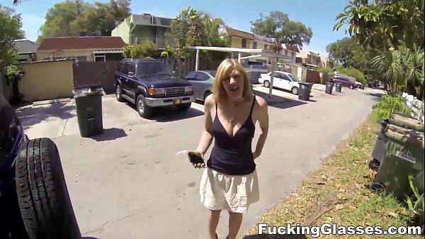 Encontrou a novinha babá dos filhos na rua e deu uma carona para foder a puta