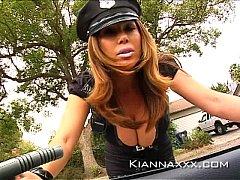Policial asiática peituda mostrando os peitos para o carro