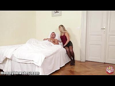 Imagen video Su madre lo descubre jalandose la reata y le da una ayudadita
