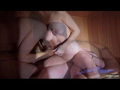 Increíble hermosa teen follando con un viejo hombre en un sauna