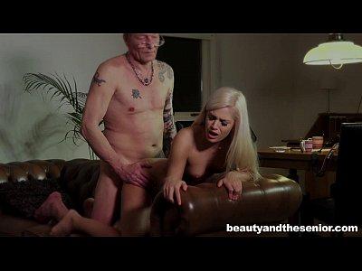 Belleza rubia adolescente es follada por un viejo