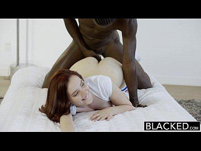 Black nerd ascua de piedra se lleva su primera polla negra