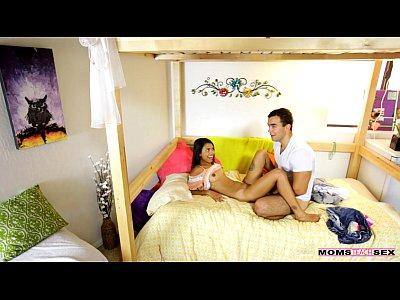 Adolescente joven pareja atrapada por la mamá