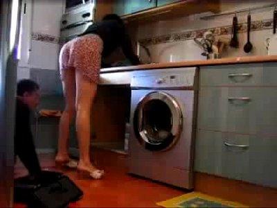 Moça safada mostrando a calcinha para encanador (3 min)