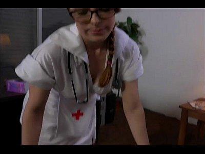 Pelirroja sexy enfermera da impresionante masturbación con la mano