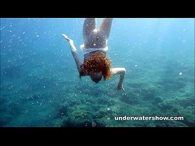 Nastya nadar desnudo en el mar