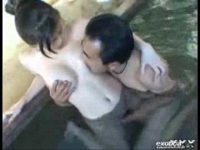 【大越はるか熟女動画】露天風呂で濃厚なフェラチオセックスでイキまくる変態巨乳人妻