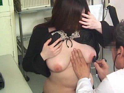 巨乳熟女さんが医者と信じて乳を触診されて手袋ハメてアソコを手まんされる