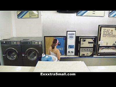 Exxxtrasmall petite teen follada en el servicio de lavandería