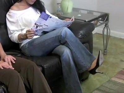 Videos X Le besa los pies y le hace un masaje para que sea su amiga