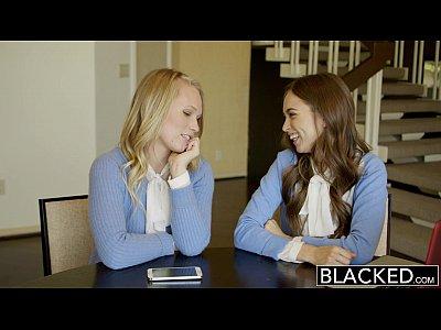 Borrones de dos chicas adolescentes comparten una enorme bbc
