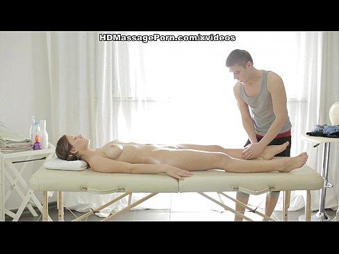 Videos de Sexo Sexo moreninha recebe massagem e paga com a b...