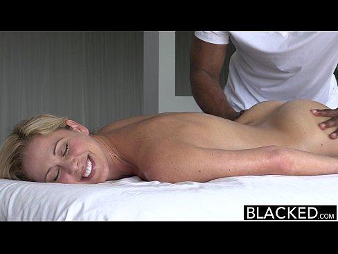 Pornozinhos negão estourando loirinha na massagem
