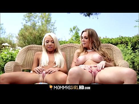 Doua Blonde Isi Povestesc Fanteziile Lor Sexuale