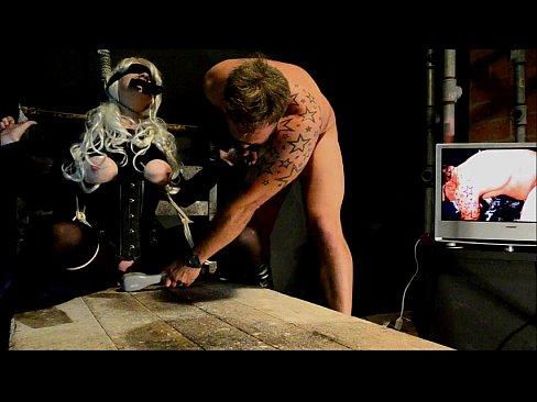 В подвале БДСМ извращенец наслаждается пытками блондинки