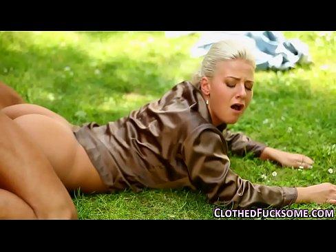 Blonda Se Fute Extrem De Tare In Curtea Vecinului Pe Iarba Verde