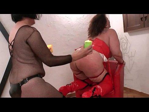 В комнате БДСМ французская госпожа доминирует над толстушкой