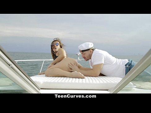Капитан трахает на катере шлюху с красивой задницей Kelsi Monroe