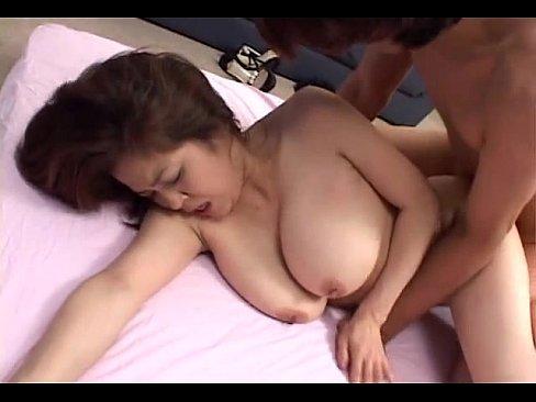 爆乳垂れ乳の熟女にパイズリしてもらう無修正おまんこエロ動画!