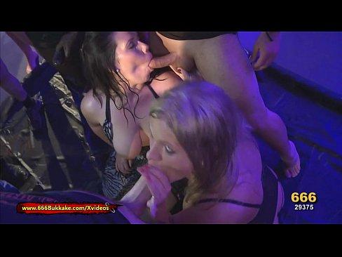 Intr-Un Club Dansatoarele De La Bara Sug Pula Si Inghit Sperma La Patron